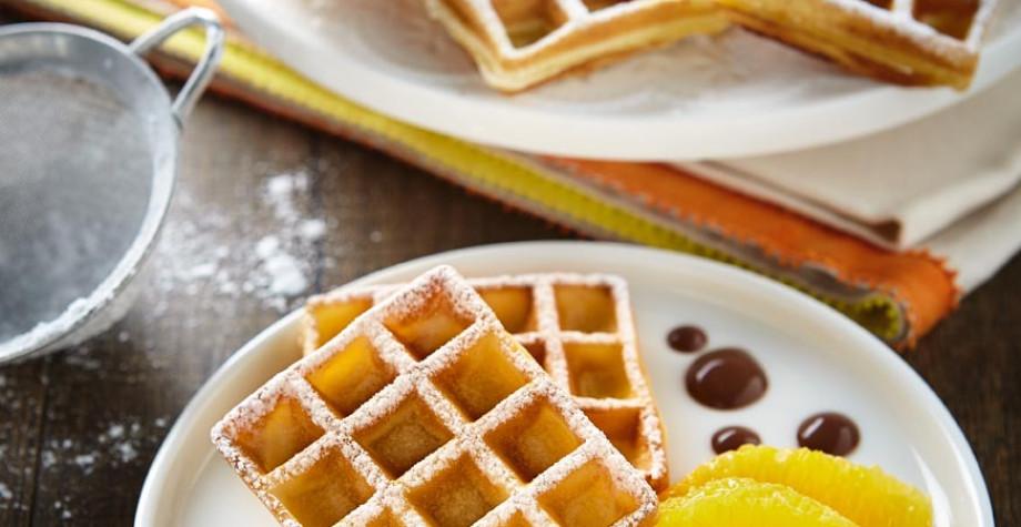 Gaufre à la fleur d'oranger, segments d'orange, sauce chocolat